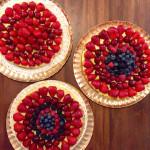 Non possono mancare le torte decorate con la frutta dei nostri boschi